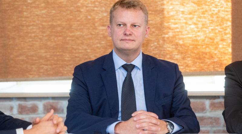Varivalitsuse minister Nuume loobub küll Riigikokku pürgimisest aga kritiseerib oponente