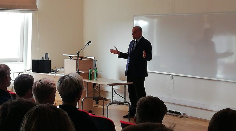65d704de95b Kaitseminister Jüri Luik andis gümnasistidele riigikaitsetunni
