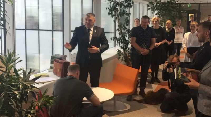 Marko Pomerants tutvustas algaja ministri käsiraamatut