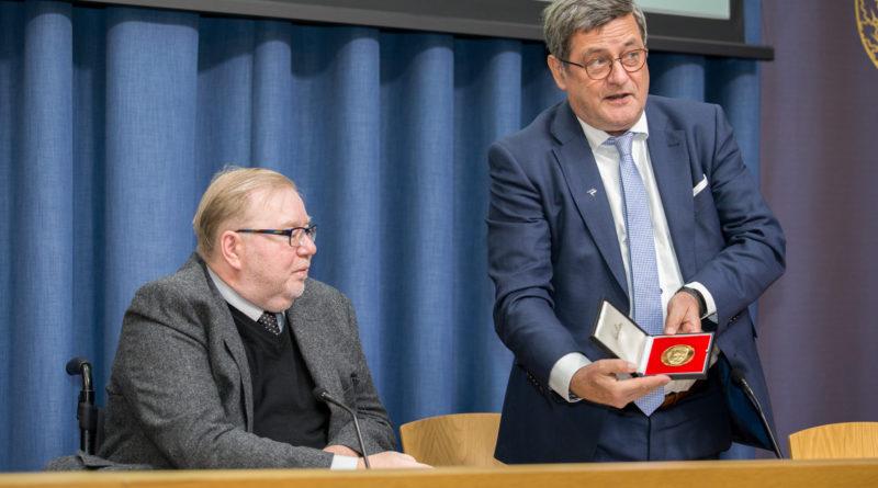 Mart Laarile anti endise Saksamaa Riigikantsleri Ludwig Erhardi medal väljapaistvate saavutuste eest Eesti reformimisel