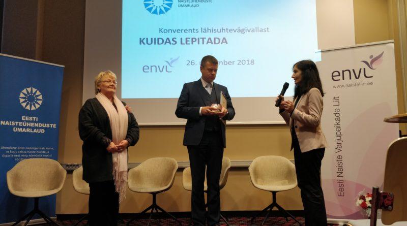 Eesti Naisteühenduste Ümarlaud tunnustas justiitsministrit Valge Lindi auhinnaga