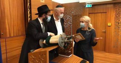 Rahvastikuministrile tutvustatakse 200a. vanust Tora't, juudi pühakirja
