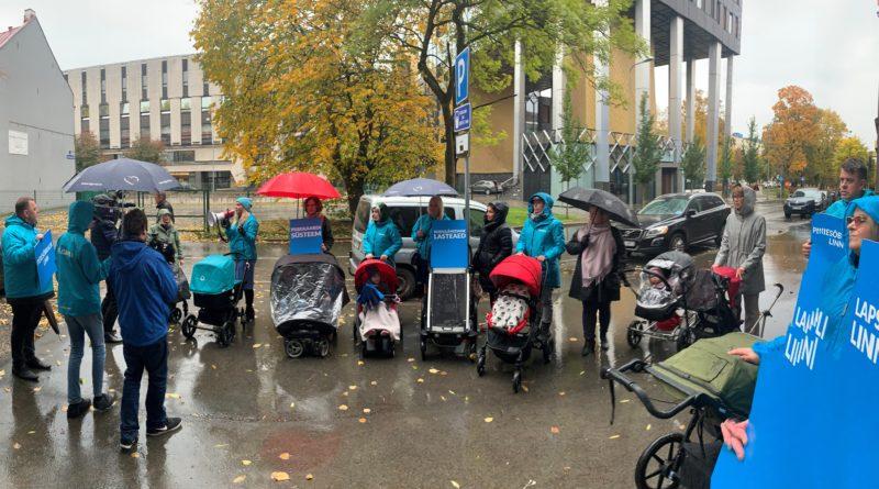 """Isamaa tutvustas """"lapsevankri rallil"""" peresõbraliku linna plaani Tallinnas"""